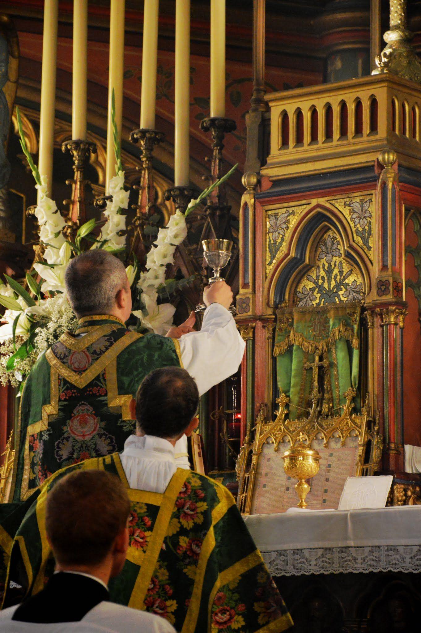 Installation dimanche dernier du nouveau curé de Saint-Eugène : élévation du Sang du Seigneur. http://buff.ly/1QmHNWe?utm_content=buffer8e972&utm_medium=social&utm_source=pinterest.com&utm_campaign=buffer