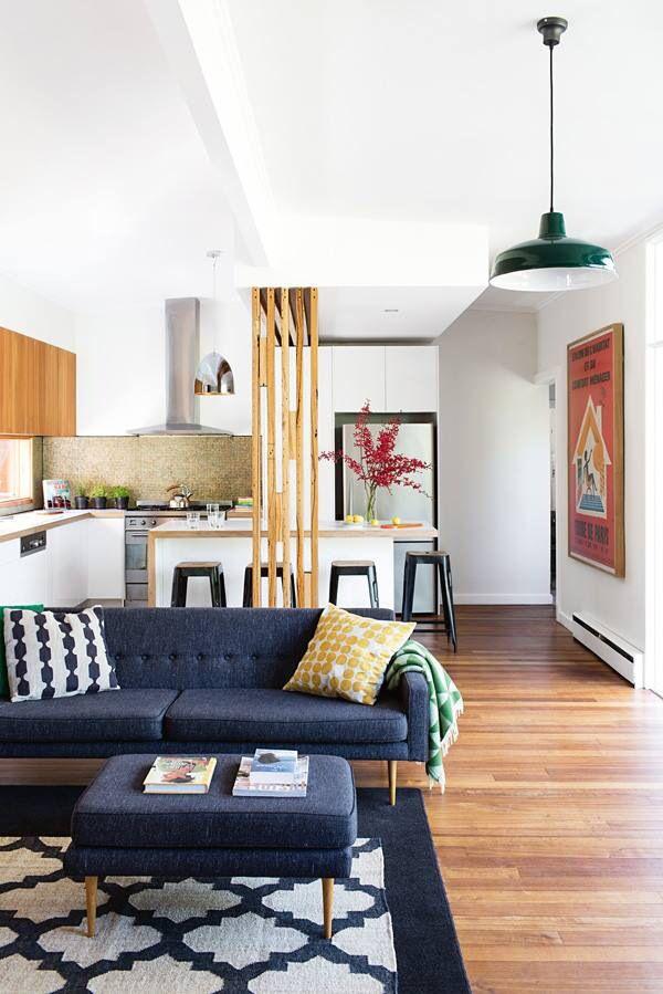 Wohnzimmer Couch Parkett Bild Kissen Decke Holz Leuchte
