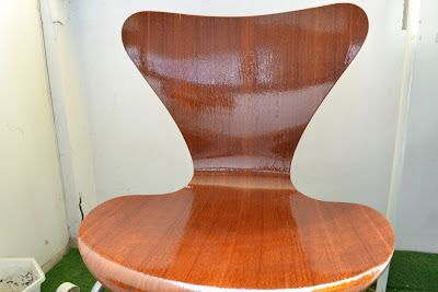 My in-laws dropped two #ArneJakobsen 7-chairs the other day - I took it as my personal mission to see to the restoration of them... (here soaked in oil for teak tree furniture)