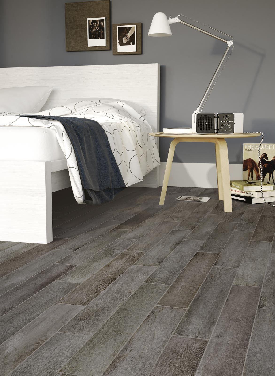 """Il gres effetto legno Woodcraft di Ragno rappresenta una proposta di """" rottura"""" rispetto alle estetiche in gamma e da la possibilità di esplorare soluzioni e combinazioni inusuali a pavimento. Le piastrelle Woodcraft si presentano in 5 colorazioni fortemente stonalizzate e 2 piu' contemporanee."""