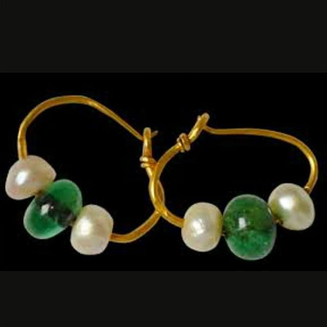 So simple yet powerful!! Gold hoops with pearls and emerald beads...found on Pinterest!! #antiquejewelry #earrings #lovegoldlive #finejewelry #hoops #lovegold #instadaily #pinterest #tags4likes #antiquejewellery #pearls #emerald #jewelry #beads #love #jewellery #history #fashion #gold #colors #inspiration #follow