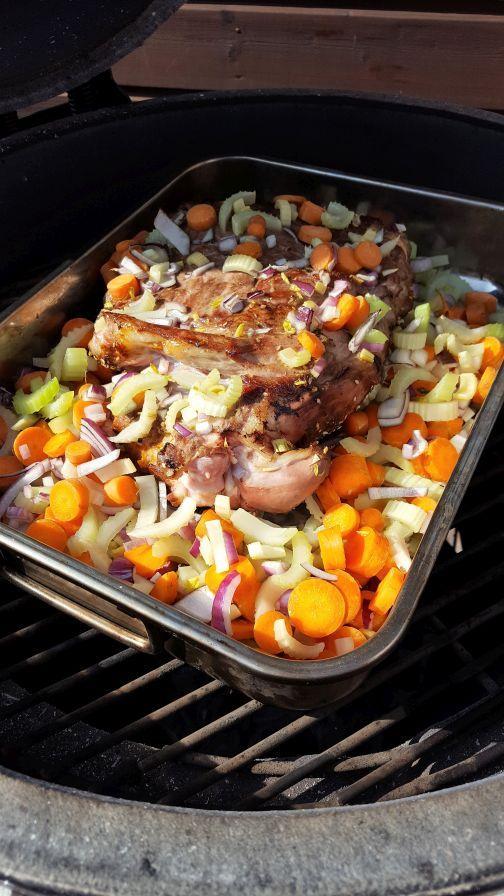Langzaam gegaarde lamsschouder van de BBQ Susan Aretz