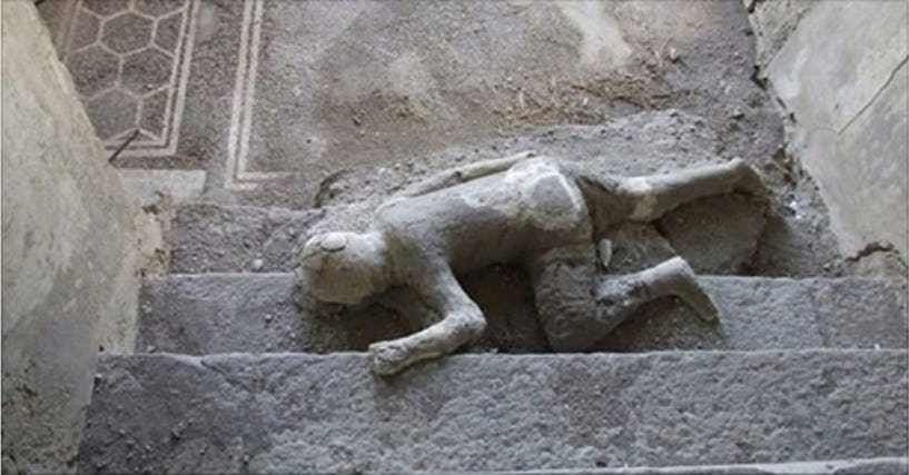 what volcano buried the ancient city of pompeii