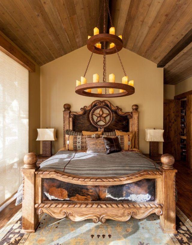 Rustikales Schlafzimmer Massivholzbett Schnitzerei Vintage Kronleuchter  Kerzen