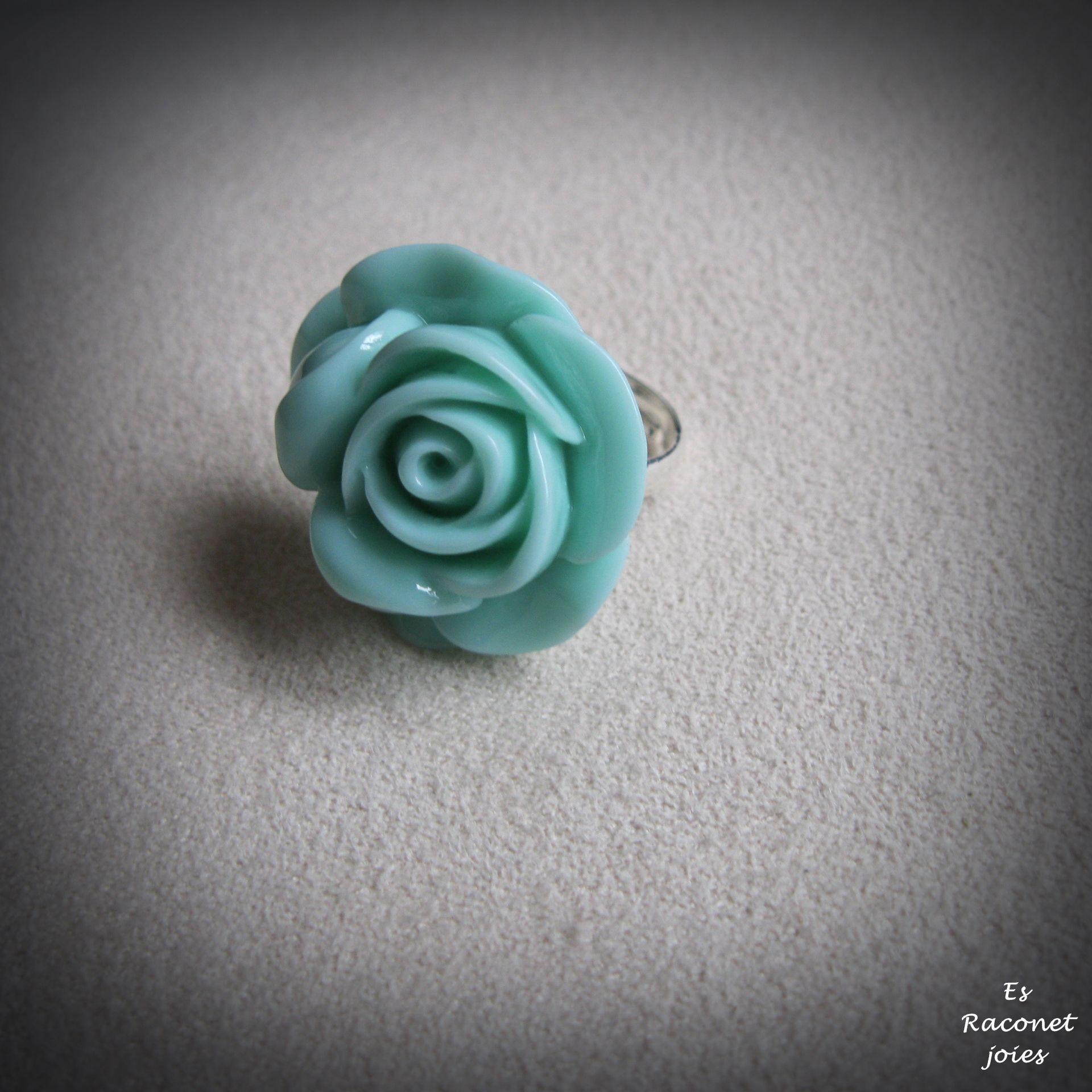 Anillo con flor de resina turquesa. Info: esraconetjoies@gmail.com o Facebook: Es Raconet Joies.