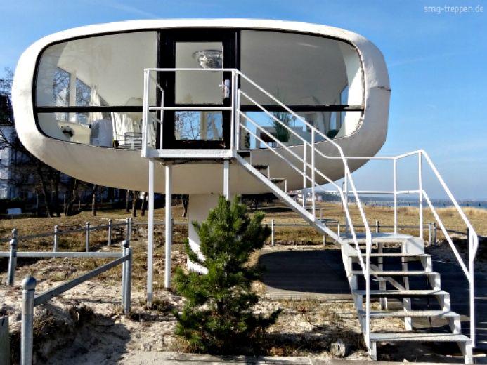 Auch ein Ufo braucht eine Treppe, damit die Außerirdischen sicher auf der Erde ankommen. Welcome Aliens!