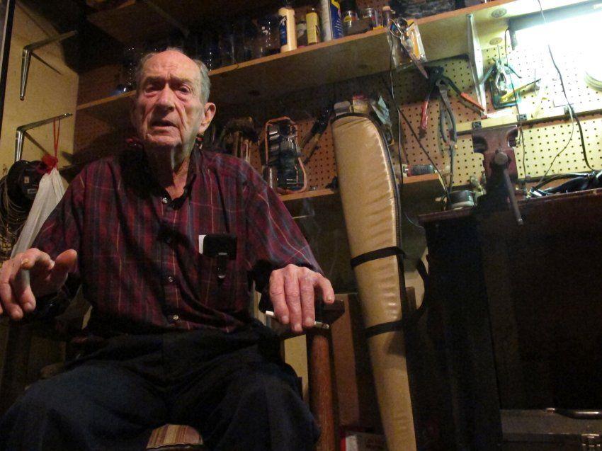 Ladenbesitzer Bill Guy aus Alabama ließ den Wandersmann in seinem Shop übernachten. Forsthoefels Plan, bis nach Kalifornien zu gehen, hielt er für verrückt. by andrew forsthoefel