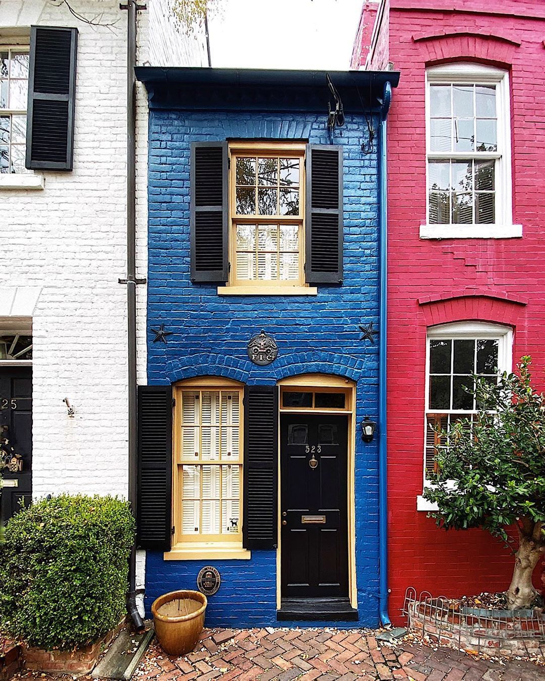 Dccitygirl Washington Dc On Instagram I Believe If I Stood In This House And Stretched My Arms Out Wide Old Town Apartments Apartments Exterior House