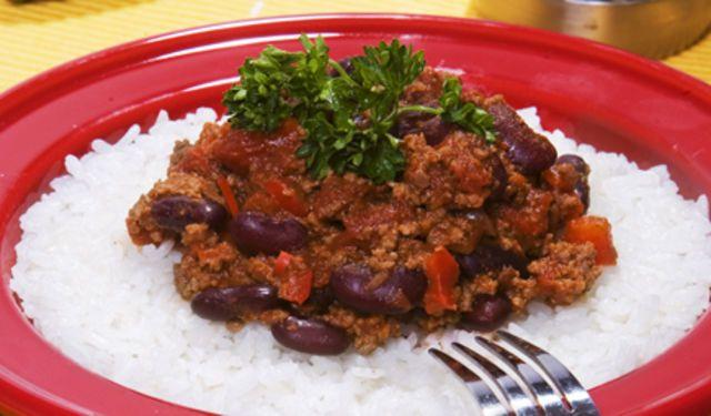 Jedlo, ktoré na začiatku vyzerá komplikovane, je vlastne veľmi jednoduché. Chilli con carne, čiže čili s mäsom, je pôvodne mexický guláš, ktorý má veľa   variácií. Je to jedlo z jedného hrnca a tento výdatný pokrm sa výborne hodí na zimné dni.