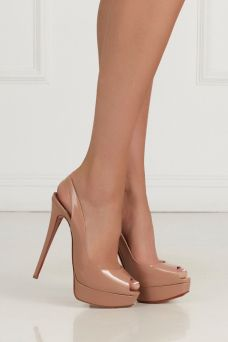 Туфли из лакированной кожи Lady Peep Sling 150 Christian Louboutin. Классические туфли Lady Peep 150 цвета nude из коллекции французского бренда Christian Louboutin. Обладают высоким 15-сантиметровым каблуком и являются универсальной парой обуви, которая должна быть в гардеробе каждой. Сочетаются с любым образом: торжественным и повседневным.