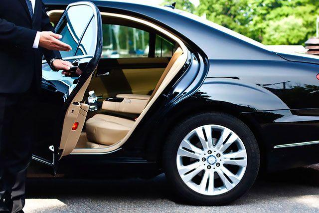 Chauffeur Service Does The Black Cab Do It Better Or The Private Hire Mini Cab Chauffeur Service Executive Car Service Chauffeur