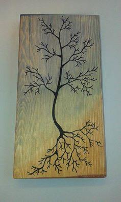 Päistä hiottu lauta maalataan vesi/peiteväreillä, pyyhitään talouspaperilla väriä pois, jolloin puun syyt jäävät näkyviin. Piirretään haluttu kuva ensin lyijykynällä, vahvistus tussilla.
