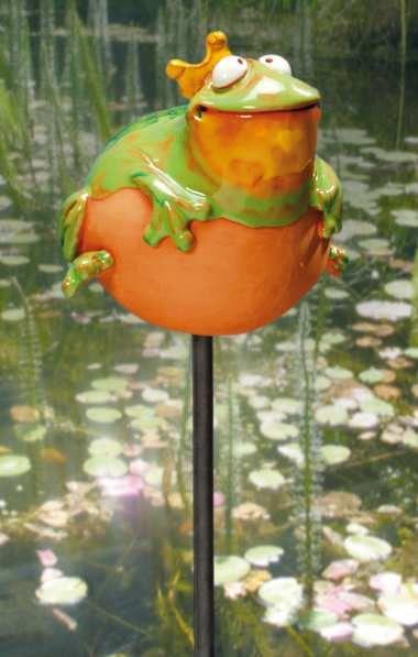 """Wetterfeste Keramikstele """"Froschkönig"""" auf Eisenstange. Am Gartenteich als Teichfigur und auch iim Blumenkübel als Deko Gartenstele ein echter Hingucker."""
