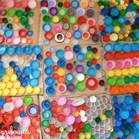 Composition en bouchons activit manuelle et bricolage enfant absztrak pinterest recycled - Activite manuelle recyclage bouteille plastique ...