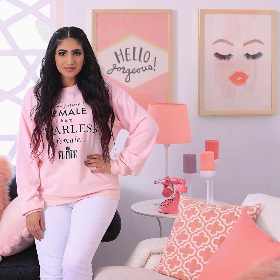 نور ستارز Noor Stars On Instagram شفتوا اخر فيديو بالقناة يومي كامل بالعراقي وكمان حطيتلكم جزء من خلف الكواليس لتصوير Fashion Graphic Sweatshirt Female