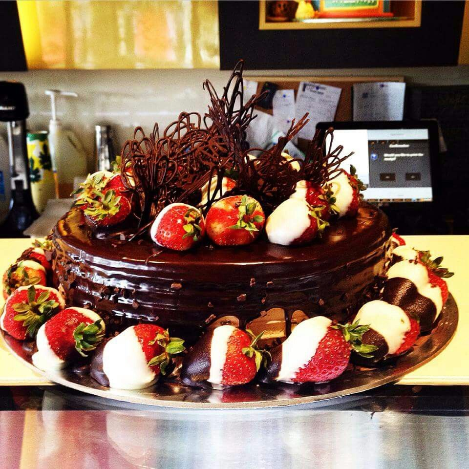 Amazing chocolate cake with dipped strawberries | Desserts ...