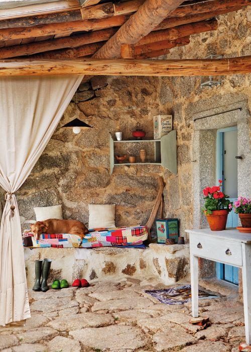 Banco de obra a base de piedra y cemento blanco con colchoneta y cojines para hacer la - Bancos de obra para jardin ...