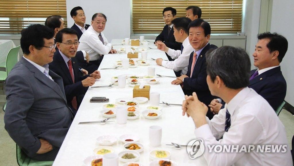 국감현장 '김영란법의 힘'의원들 구내식당서 만원짜리 식사(종합) - 연합뉴스