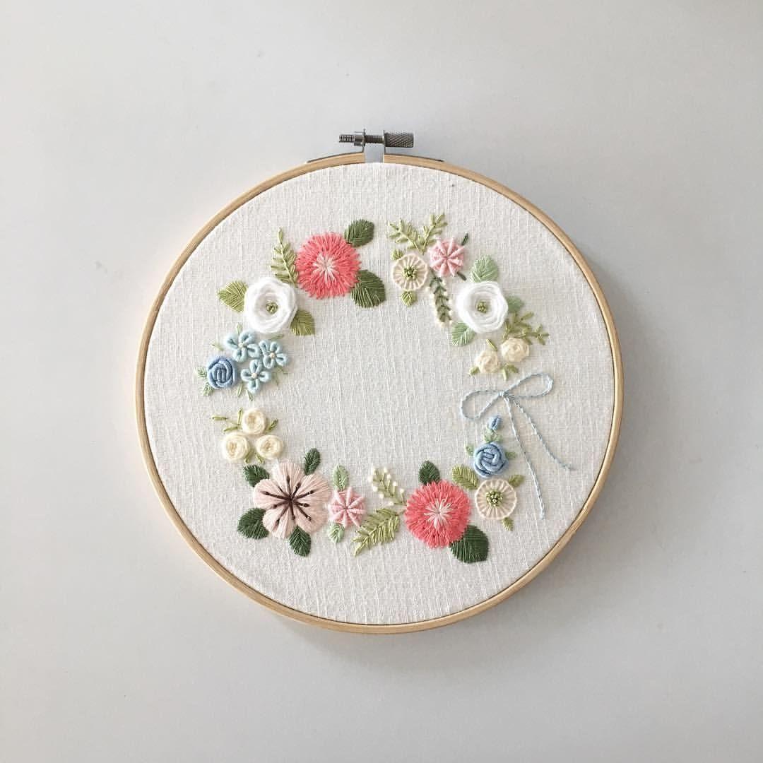 """좋아요 182개, 댓글 14개 - Instagram의 Merryday365_embroidery(@merryday365)님: """"꽃리스 좋아해요 만드는것도, 수놓는것도 :) . 창작도안입니다.불펌하지 말아주세요 _…"""""""