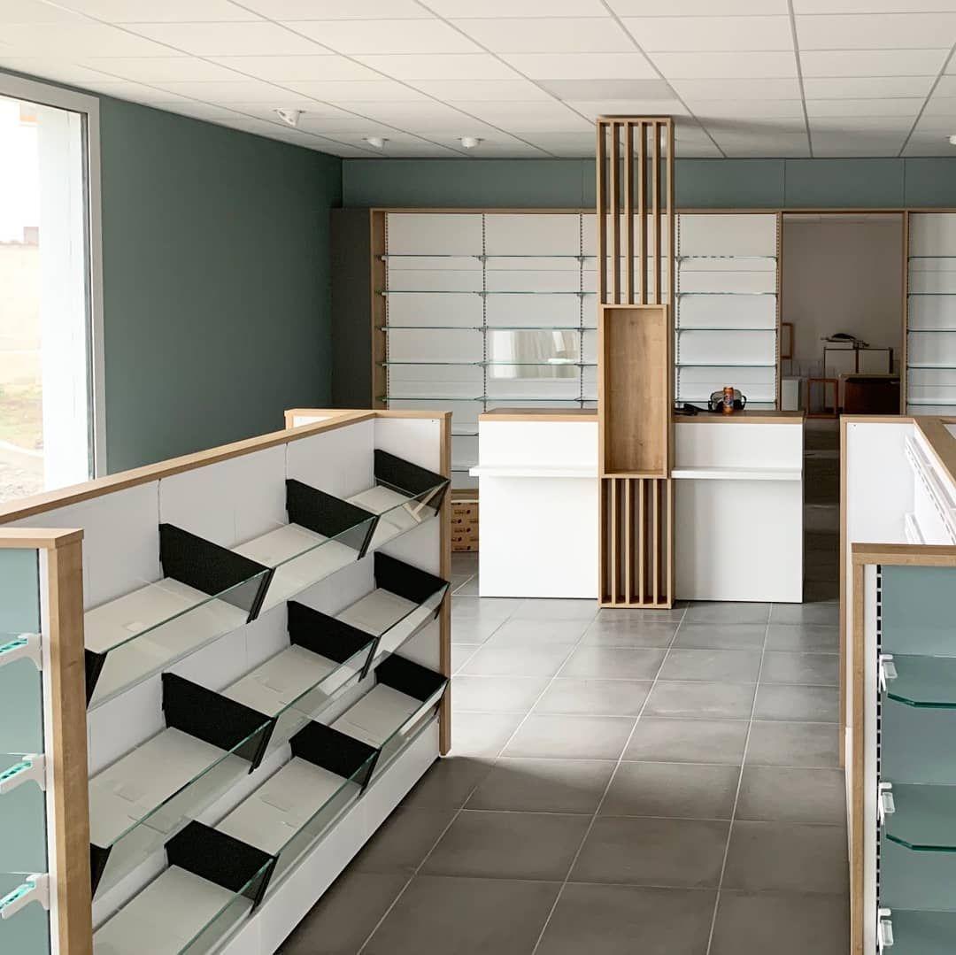 Pose du mobilier dans la Loire 👉 La fin des travaux approche ! 🙈 . . . #cubikagenceur #pharma #pharmacie #renovation #retaildesign #design…