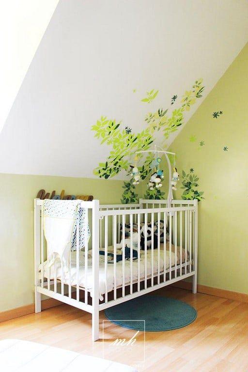 Chambre de bébé armonieuse aux teintes blanche et vert pomme ...