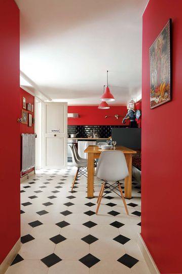 Un beau carrelage l 39 ancienne en noir et blanc des murs et luminaires rouges une cr dence - Carrelage annee ...