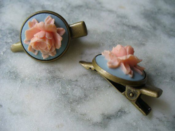 Peach and light blue hair clips - see more ideas on http://themerrybride.org/2014/04/05/peach-yellow-and-light-blue-wedding/