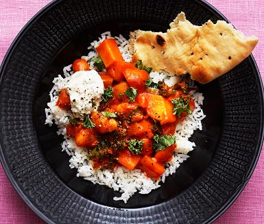 En mättande och värmande vegetarisk gryta med potatis och stora vita bönor som bas. Tomat och kokosmjölk ger en sötsyrlig upplevelse i munnen. Sugen på mer indiska smaktoner? Tillsätt ett par matskedar mango chutney och rejält med färskriven ingefära.