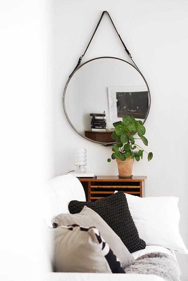 Inspiratieboost: een ronde spiegel als pronkstuk in de woonkamer