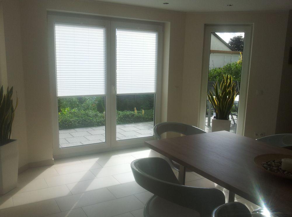 wei e plissees f r t ren als sicht und sonnenschutz plisy pleated blinds pinterest blinds. Black Bedroom Furniture Sets. Home Design Ideas