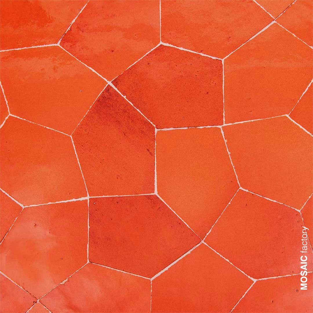 Orangefarbene Zellige Fliesen Mit Einer Unregelmassigen Pentagonform Von Mosaic Factory Die Ein Schones Modernes F Azulejos Geometricos Disenos De Unas Terrazo