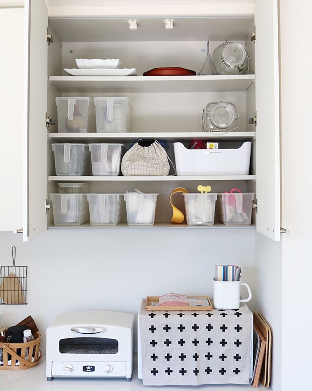 もっと便利な使い方があります キッチン 吊り戸棚 の収納アイデアを大公開 Folk 収納 アイデア キッチン 吊り戸棚 収納 吊り戸棚