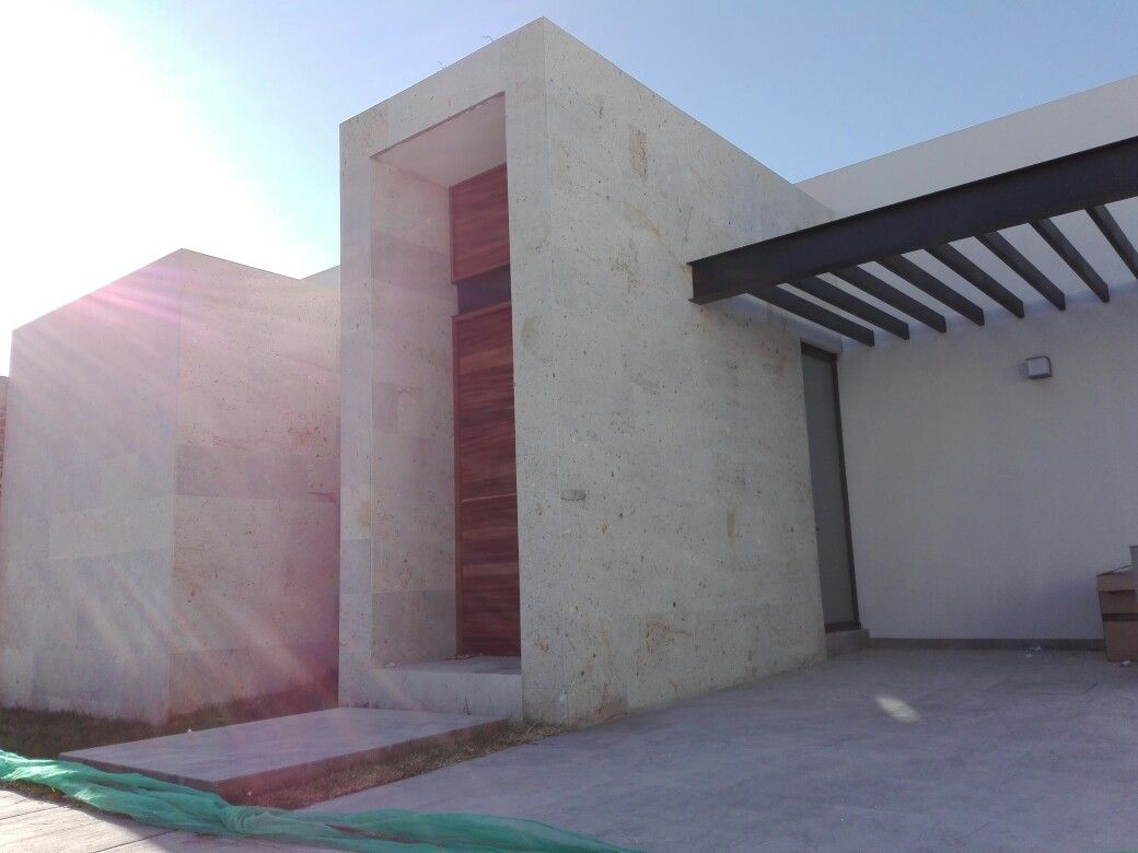 Fachada de casa de un nivel cantera puerta de parota for Puertas principales de casas