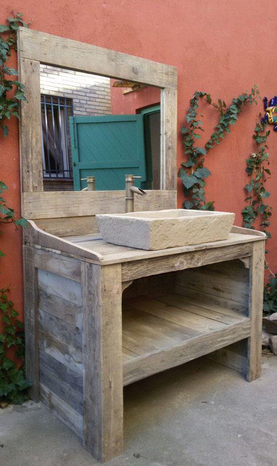 armoire de salle de bain avec miroir robinet et vier faite de bois de palettes recycl es la. Black Bedroom Furniture Sets. Home Design Ideas