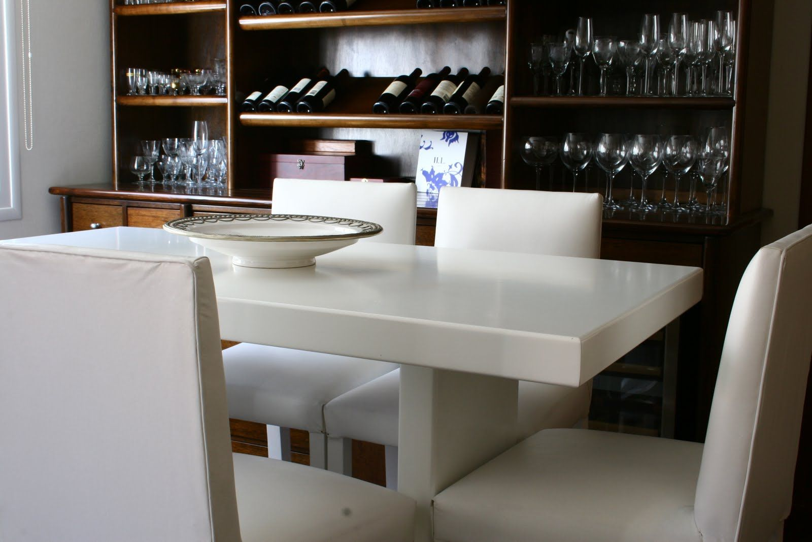 Mesa alta laqueada blanca con mueble bar en madera de lenga el comedor comedores living - Mesa alta comedor ...