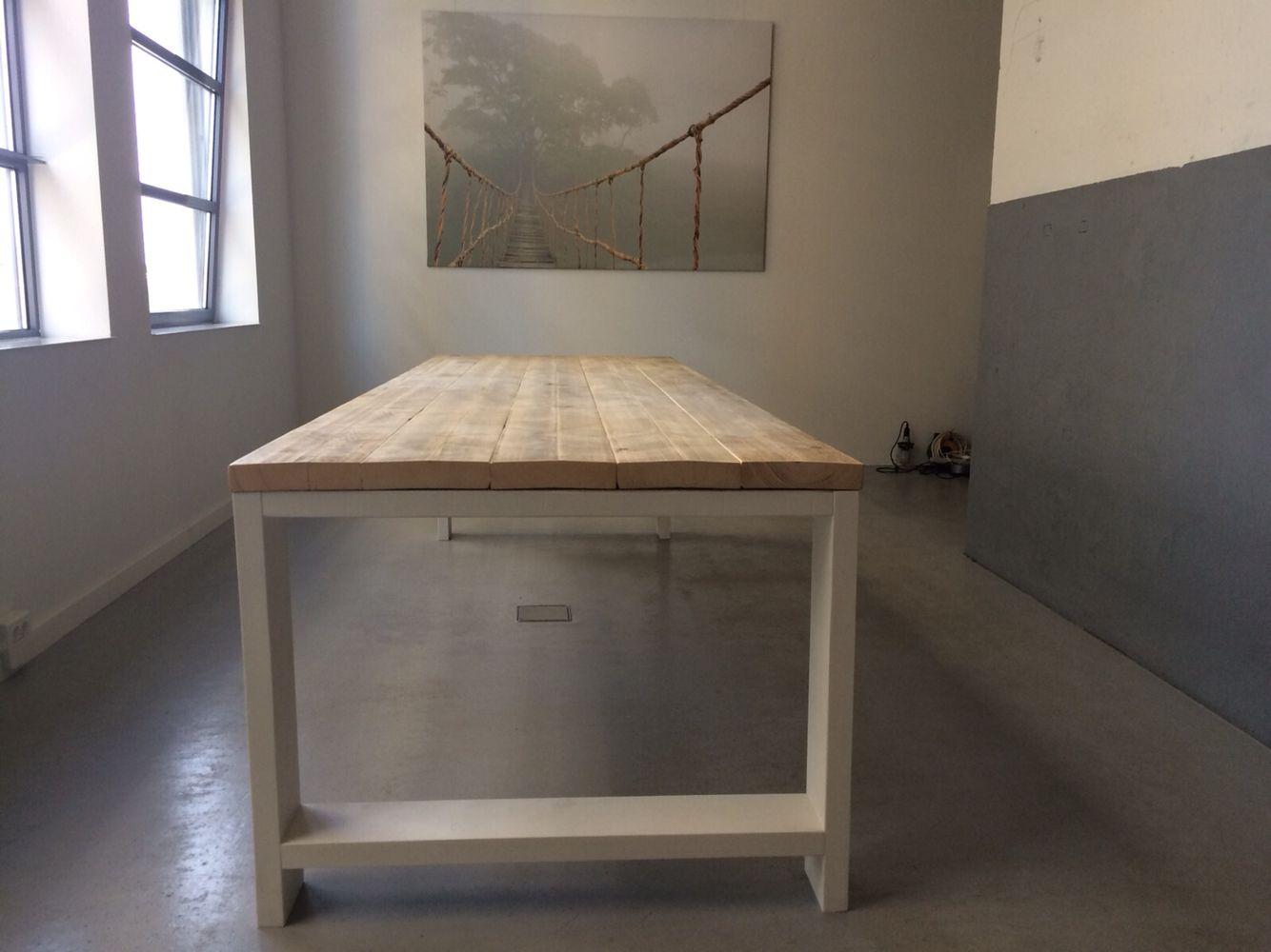 Tafel Harrison met tafelblad van dikke oude steigerplanken ik een industriële ruimte | by Woodville.nl