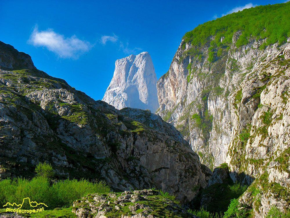 Pico de Urriellu o Naranjo de Bulnes desde las proximidades de Bulnes, Parque Nacional de Picos de Europa