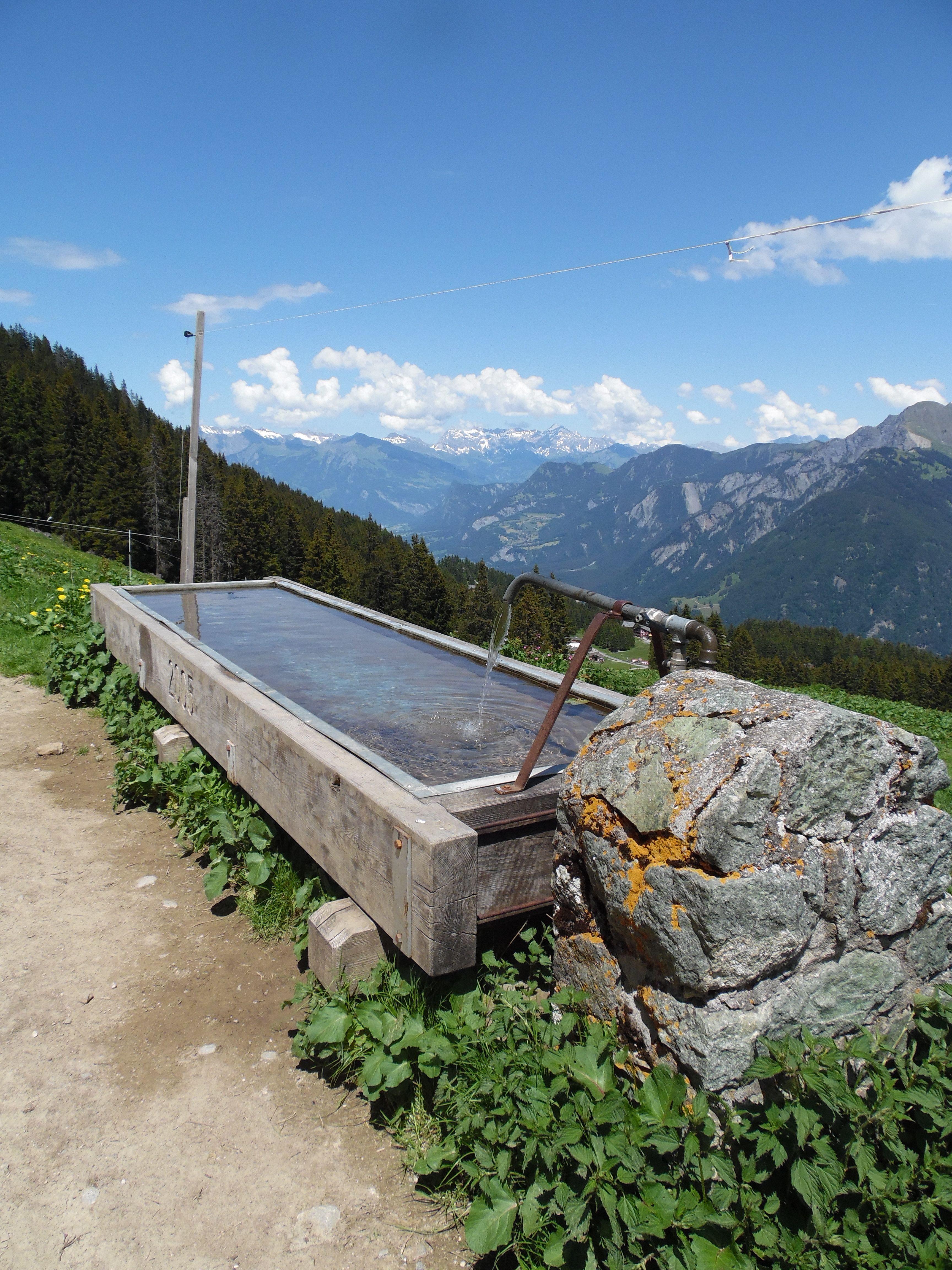 Auf dem Weg zum Gipfel gibt es viele Arten sich zu erfrischen.  www.hotelauszeit.ch www.facebook.com/hotelauszeit www.instagram.com/hotelauszeit