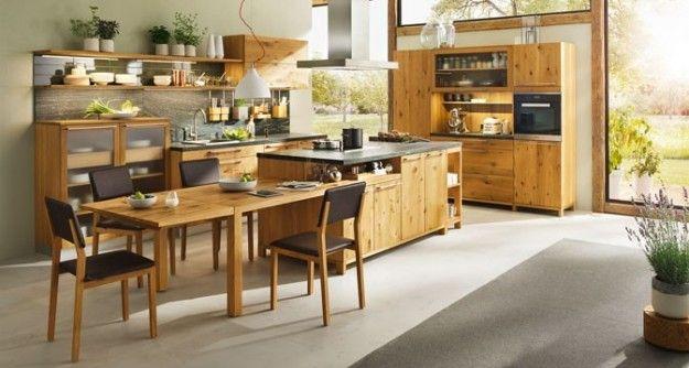 Idee per arredare una cucina classica - Cucina con isola e tavolo ...