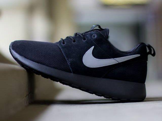 Nike Roshe Run GS Noir Metallic Silver SneakerNews