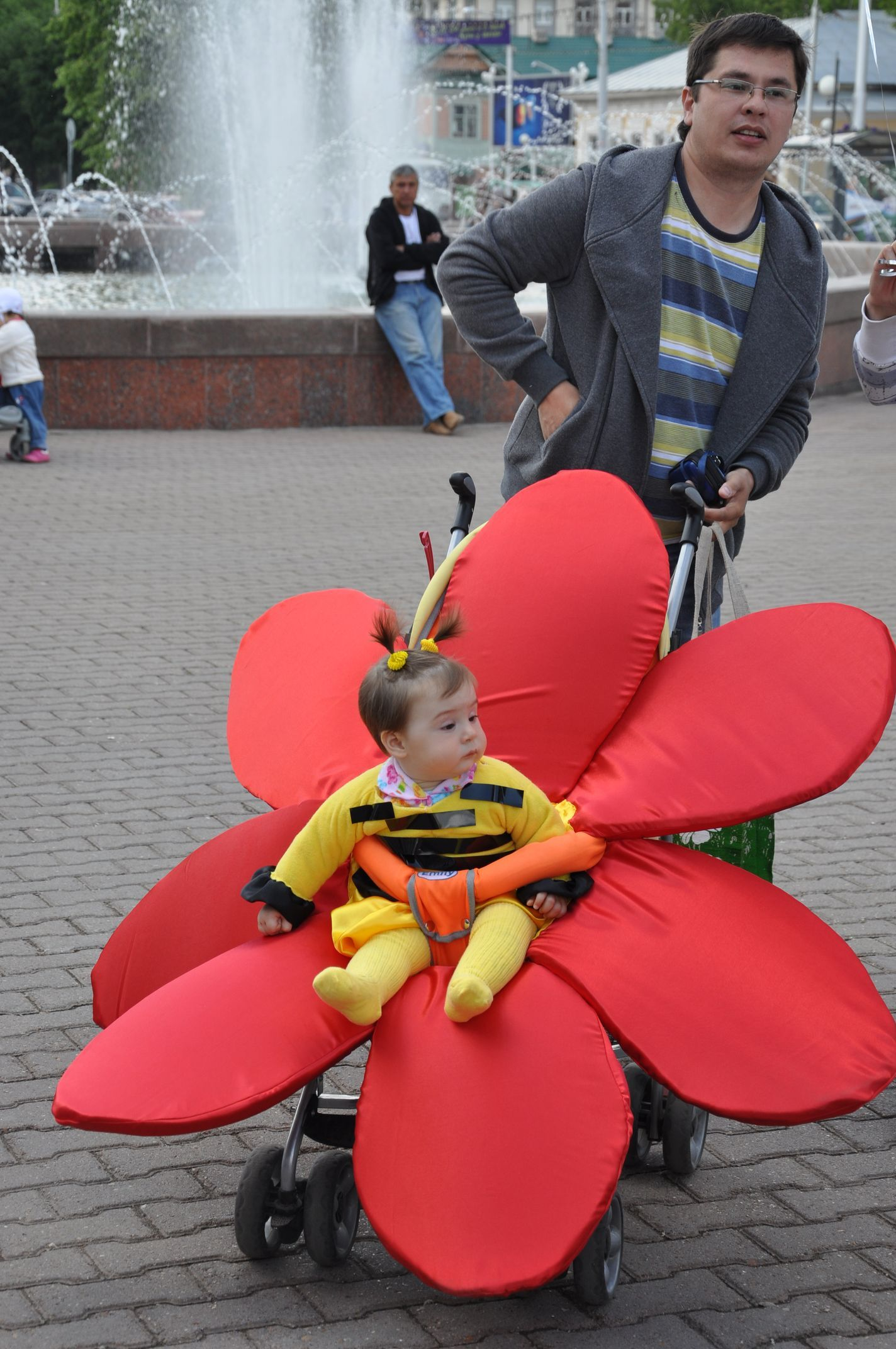 Flower and Bee- Baby carriage costume parade in Russia ...