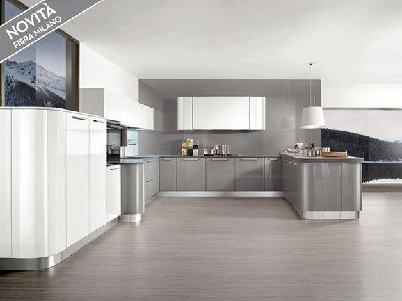 Cucina angolare moderna stondata con basi laccato lucido grigio perla pensili e colonne - Cucina laccato bianco ...
