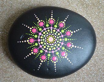 pierre mandala peinte peinture galets cailloux peints galets peints et peinture sur galet. Black Bedroom Furniture Sets. Home Design Ideas