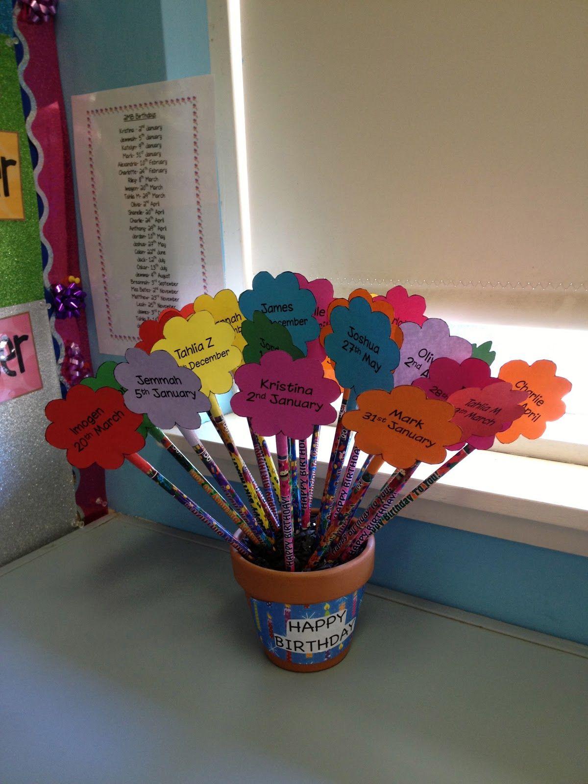 ANIVERSÁRIO: a prof pode dar os parabéns para os alunos com um lápis decorado!! Colocar um papel em forme de flor e colocá-los dentro de um vaso de flores!! ótima ideia!
