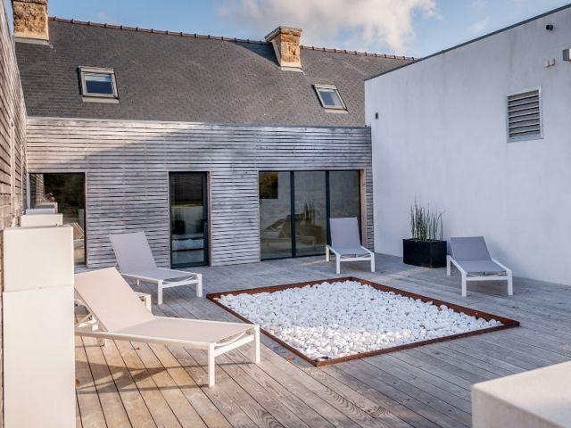 Une long re bretonne devenue maison contemporaine for Amenagement cour interieure maison