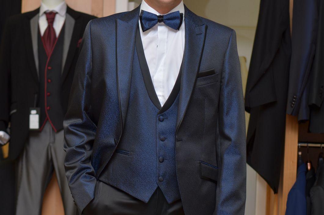Chaleco de novio azul Klein brocado diminuto con fondo negro al tono del bisel que trae en el escote. www.sastreriacampfaso.es
