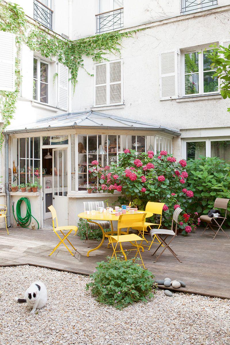 Patio avec table #Romane et chaises #Dune #Miel, #Muscade et ...