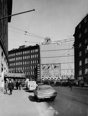 Pukeva sijaitsi Kaisaniemessä. Pukevan tilalla on nyt Helsingin yliopiston kirjasto.
