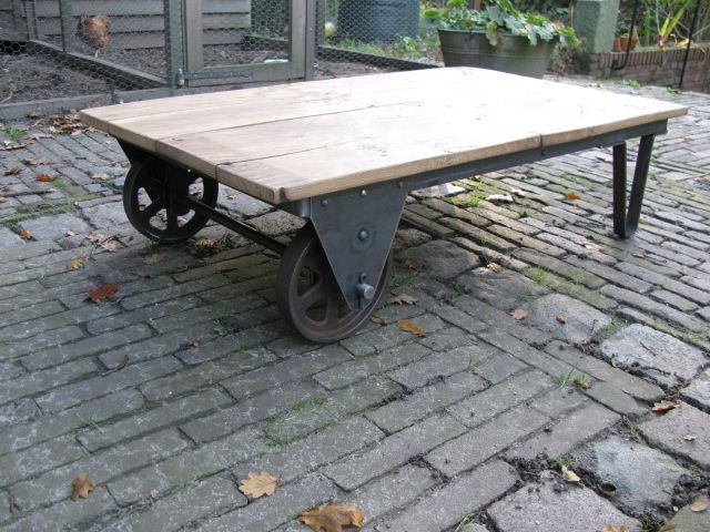 Industriele Tafel Op Wielen.Lage Industriele Tafel Gemaakt Van Oude Gietijzeren Wielen Tafel Is