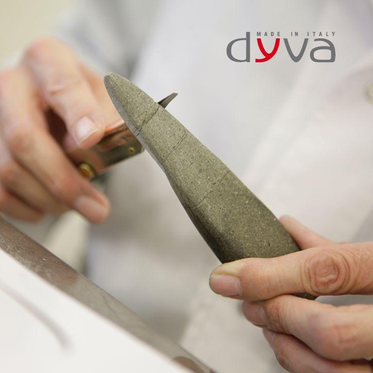 STEP 1: DESIGN, RICERCA DEI MATERIALI E PROTOTIPAZIONE Il punto di inizio per creare le bellissime scarpe Dyva avviene attraverso le mani esperte dei Maestri Calzaturieri.